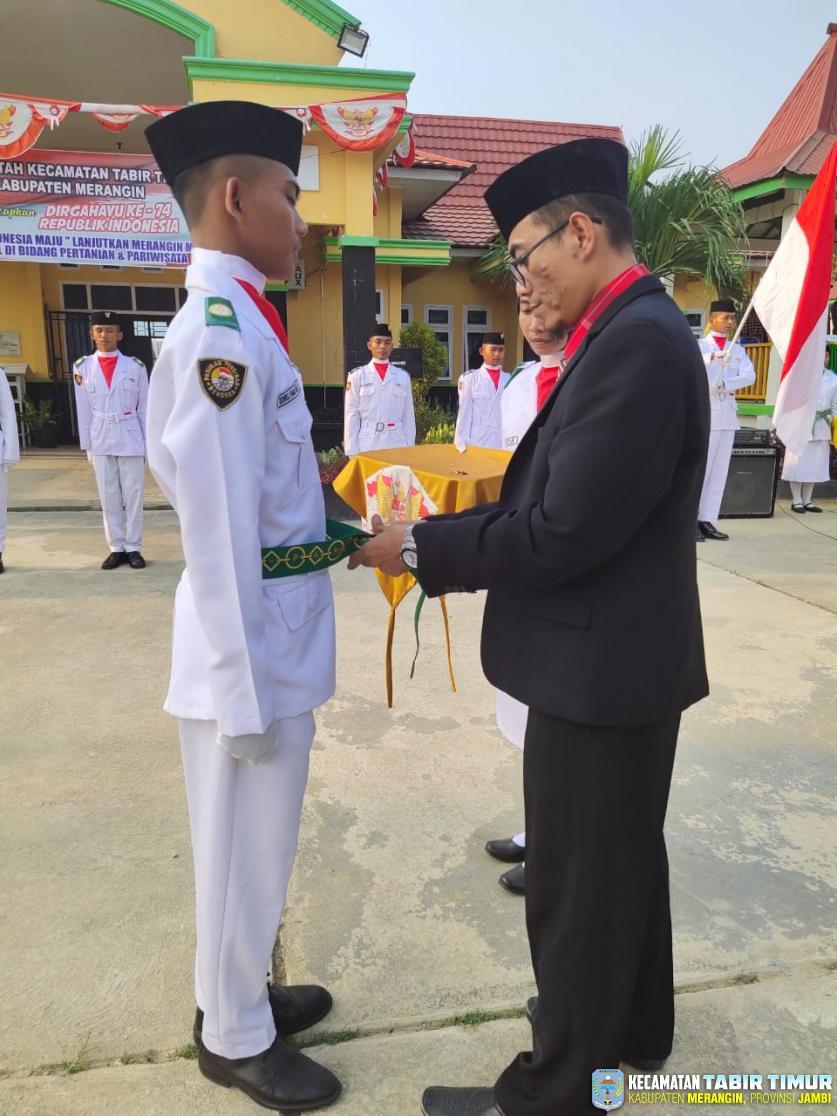 Pengukuhan Pasukan Pengibar Bendera Pusaka HUT RI Ke-74 di Kecamatan Tabir Timur